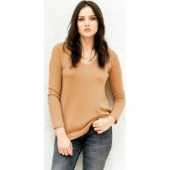 Sweter kaszmirowy w kolorze karmelowym. Brązowe swetry klasyczne damskie marki Ateliers de la Maille, z kaszmiru. W wyprzedaży za 500,95 zł.