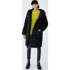 Pikowany płaszcz z otulającym kołnierzem. Czarne płaszcze damskie marki Pull&Bear. Za 349,00 zł.
