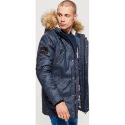 Sportowy płaszcz na zimę - Granatowy. Niebieskie płaszcze na zamek męskie marki Cropp, na zimę, l, sportowe. Za 369,99 zł.