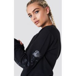 NA-KD Bluza z wyszywanymi różami na rękawach - Black. Czarne długie bluzy damskie NA-KD, z bawełny. Za 133,95 zł.