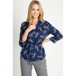 Granatowa bluzka w kwiaty z wiązaniem w pasie QUIOSQUE. Brązowe bluzki asymetryczne QUIOSQUE, w kwiaty, z tkaniny, eleganckie, z klasycznym kołnierzykiem. W wyprzedaży za 49,99 zł.
