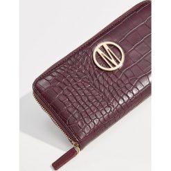 Portfel z wytłoczonym wzorem - Bordowy. Czerwone portfele damskie Mohito. Za 59,99 zł.