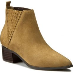 Botki GUESS - Safarri FLSAF4 SUE09 BEIGE. Brązowe buty zimowe damskie Guess, z materiału, na obcasie. W wyprzedaży za 489,00 zł.