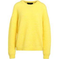DESIGNERS REMIX TYLER Sweter yellow. Białe swetry klasyczne damskie marki DESIGNERS REMIX, z elastanu, polo. W wyprzedaży za 449,50 zł.