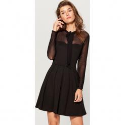 Sukienka z wiązaniem na dekolcie - Czarny. Czarne sukienki na komunię marki Cropp, l. Za 129,99 zł.