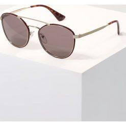 Prada Okulary przeciwsłoneczne bordeaux/purple brown. Czerwone okulary przeciwsłoneczne damskie marki Boss, z tworzywa sztucznego. W wyprzedaży za 983,20 zł.