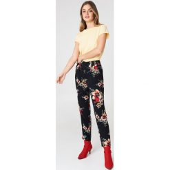 Rut&Circle Spodnie w kwiaty Carina - Multicolor. Zielone spodnie z wysokim stanem marki Rut&Circle, z dzianiny, z okrągłym kołnierzem. Za 161,95 zł.