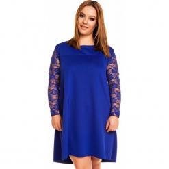 Chabrowa Elegancka Trapezowa Sukienka Długim Rękawem PLUS SIZE. Niebieskie sukienki balowe marki Molly.pl, na imprezę, plus size, w koronkowe wzory, z koronki, plus size, z długim rękawem, mini, dopasowane. Za 228,90 zł.