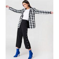 NA-KD Trend Spodnie z wysokim stanem i zatrzaskami - Black. Zielone spodnie z wysokim stanem marki Emilie Briting x NA-KD, l. Za 161,95 zł.