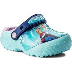 Kapcie CROCS - Funlab Lined Frozen Clog 204705 Ice Blue. Różowe kapcie dziewczęce marki Crocs, z materiału. W wyprzedaży za 149,00 zł.