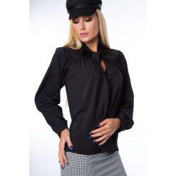 Bluzka trapezowa z wiązaniem czarna MP28496. Czarne bluzki z odkrytymi ramionami Fasardi, s. Za 39,00 zł.