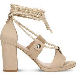 Sandały FUMI. Szare sandały damskie na słupku marki Gino Rossi, w paski, z materiału, małe. Za 249,90 zł.