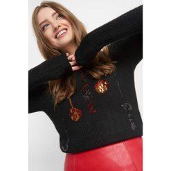 Sweter z cekinowym wzorem. Żółte swetry klasyczne damskie marki Orsay, s, z bawełny, z golfem. Za 119,99 zł.
