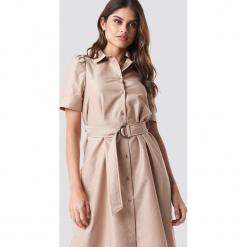 NA-KD Trend Sukienka koszulowa z paskiem - Beige. Białe sukienki mini marki NA-KD Trend, w paski, z poliesteru, z klasycznym kołnierzykiem. Za 121,95 zł.