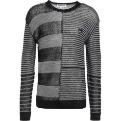 Swetry klasyczne męskie: McQ Alexander McQueen PATCHED STRIPE CREW Sweter dark black/grey melange