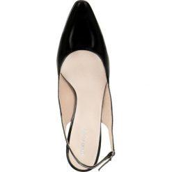 Czółenka FIORITA. Czarne buty ślubne damskie Gino Rossi, w paski, z lakierowanej skóry, z otwartym noskiem. Za 179,90 zł.