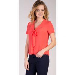 Bluzki damskie: Malinowa bluzka z wiązaniem na dekolcie  QUIOSQUE