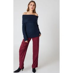 NA-KD Szeroki sweter z odkrytymi ramionami - Navy. Niebieskie swetry klasyczne damskie NA-KD, z dzianiny, z golfem. Za 60,95 zł.