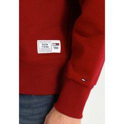 Tommy Jeans COLLEGIATE Bluza merlot. Czerwone bluzy męskie Tommy Jeans, m, z bawełny. Za 399,00 zł.