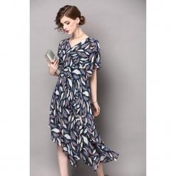 Sukienka w kolorze czarno-białym ze wzorem. Białe sukienki asymetryczne marki Zeraco, z asymetrycznym kołnierzem, midi. W wyprzedaży za 269,95 zł.