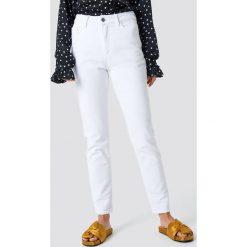 Spodnie damskie: NA-KD Jeansy z klasycznym wykończeniem - White
