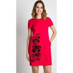 Różowa sukienka z krótkim rękawem BIALCON. Czerwone sukienki balowe marki BIALCON, na co dzień, oversize. Za 369,00 zł.
