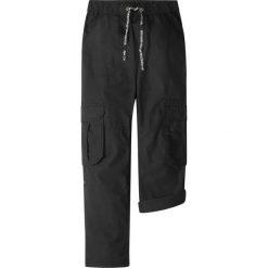 Spodnie bojówki bonprix czarny. Zielone spodnie chłopięce marki bonprix, w kropki, z kopertowym dekoltem, kopertowe. Za 59,99 zł.