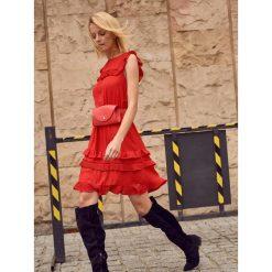 SUKIENKA Z FALBANKAMI I PLISOWANIEM. Czerwone sukienki balowe marki Mohito, l, z materiału, z falbankami. Za 69,99 zł.
