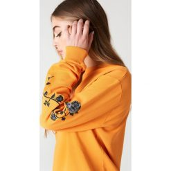 Bluzy damskie: NA-KD Trend Bluza z wyszywanymi różami na rękawach – Orange