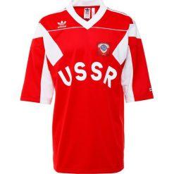 Adidas Originals USSR Tshirt z nadrukiem scarle. Czerwone koszulki polo marki adidas Originals, m, z nadrukiem, z materiału. W wyprzedaży za 341,10 zł.