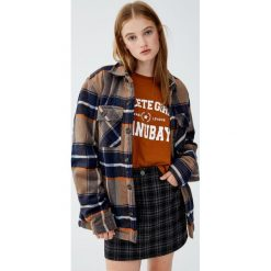 Spódnica w kratkę. Niebieskie spódniczki marki Pull&Bear. Za 69,90 zł.