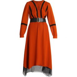 Sisley DRESS WITH WAIST HEM Długa sukienka orange. Brązowe długie sukienki Sisley, z materiału, z długim rękawem. Za 639,00 zł.