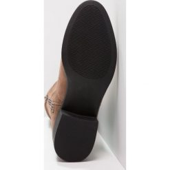 Madden Girl PRISLEY Muszkieterki taupe. Brązowe buty zimowe damskie Madden Girl, z materiału. W wyprzedaży za 251,40 zł.
