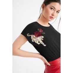T-shirty damskie: T-shirt z nadrukiem i kwiatowym haftem