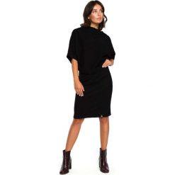 Czarna Dzianinowa Sukienka z Lejącym Dekoltem. Czarne sukienki balowe Molly.pl, do pracy, l, z dzianiny, z dekoltem na plecach, z krótkim rękawem, midi, dopasowane. Za 135,90 zł.