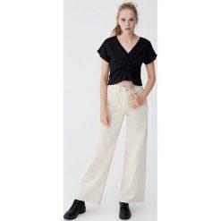 Jeansy z szerokimi nogawkami. Szare jeansy damskie Pull&Bear. Za 109,00 zł.