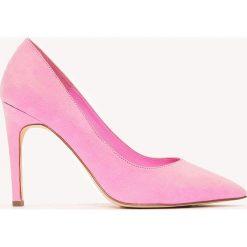 Buty ślubne damskie: NA-KD Shoes Zamszowe czółenka na średnim obcasie - Pink