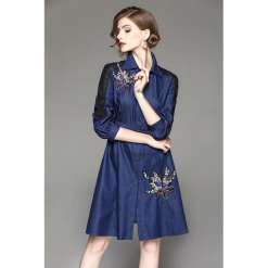 Sukienka w kolorze niebieskim. Niebieskie sukienki rozkloszowane marki Zeraco, w paski, z tkaniny, z klasycznym kołnierzykiem, midi. W wyprzedaży za 289,95 zł.