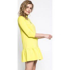 Answear - Sukienka Sportu Fusion. Białe długie sukienki marki ANSWEAR, na co dzień, m, z dzianiny, casualowe, z długim rękawem, proste. W wyprzedaży za 59,90 zł.