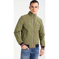 Tommy Jeans BASIC CASUAL Kurtka Bomber deep lichen. Brązowe kurtki męskie bomber marki Tommy Jeans, m, z jeansu, casualowe. W wyprzedaży za 359,40 zł.