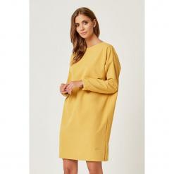 Sukienka w kolorze żółtym. Żółte sukienki marki SCUI, m, z okrągłym kołnierzem, midi, proste. W wyprzedaży za 149,95 zł.