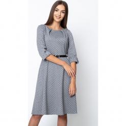 Rozkloszowana szara sukienka w groszki QUIOSQUE. Szare sukienki dzianinowe QUIOSQUE, w grochy, z dekoltem w łódkę, rozkloszowane. Za 219,99 zł.