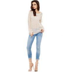 Modny ażurowy sweter beżowy MARY. Brązowe swetry klasyczne damskie marki Lemoniade, z klasycznym kołnierzykiem. Za 129,90 zł.