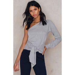 Swetry klasyczne damskie: NA-KD Sweter na jedno ramię z wiązaniem w talii – Grey