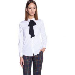 Koszule wiązane damskie: Dopasowana biała koszula z czarną szarfą  BIALCON