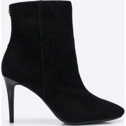 Guess Jeans - Botki. Czarne buty zimowe damskie Guess Jeans, z gumy, z okrągłym noskiem, na obcasie. W wyprzedaży za 399,90 zł.