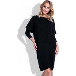 Czarna Sukienka Sweter z Rękawem Kimono. Czarne sukienki dzianinowe marki Molly.pl, na co dzień, uniwersalny, w jednolite wzory, z dekoltem w łódkę, z długim rękawem, dopasowane. Za 120,00 zł.