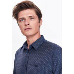 KOSZULA MĘSKA TYPU OXFORD O KROJU KOMFORT. Szare koszule męskie marki Top Secret, m, z klasycznym kołnierzykiem, z długim rękawem. Za 89,99 zł.