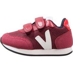 Veja Tenisówki i Trampki burgundy/white. Czerwone tenisówki męskie marki Veja, z materiału. W wyprzedaży za 223,20 zł.