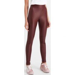 Legginsy z ekoskóry. Czarne legginsy sportowe damskie marki Orsay, xs, z bawełny, z dekoltem na plecach. Za 79,99 zł.